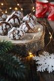 De Koekjes van de chocoladekreuk in gepoederde suiker en Kerstmisdecoratie Stock Fotografie