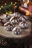 De Koekjes van de chocoladekreuk in gepoederde suiker en Kerstmisdecoratie Royalty-vrije Stock Afbeeldingen