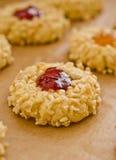 De koekjes van de amandel met fruitjam Stock Afbeelding