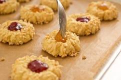 De koekjes van de amandel met fruitjam royalty-vrije stock afbeelding