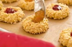 De koekjes van de amandel met fruitjam Royalty-vrije Stock Foto