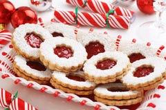 De Koekjes van de Amandellinzer Torte van de Kerstmisframboos Stock Afbeeldingen