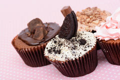 De Koekjes van de chocoladeaardbei en de cake van de roomkop op vintagetable doek Royalty-vrije Stock Afbeelding