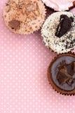 De Koekjes van de chocoladeaardbei en de cake van de roomkop op vintagetable doek Royalty-vrije Stock Fotografie