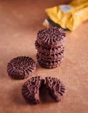 De Koekjes van de chocoladesandwich met Chocolade binnen Room Royalty-vrije Stock Afbeeldingen