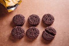 De Koekjes van de chocoladesandwich met Chocolade binnen Room Stock Afbeelding