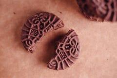 De Koekjes van de chocoladesandwich met Chocolade binnen Room Stock Foto's