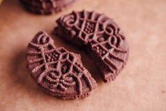 De Koekjes van de chocoladesandwich met Chocolade binnen Room Royalty-vrije Stock Afbeelding