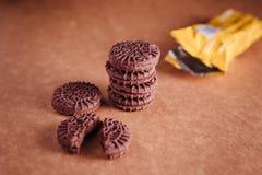De Koekjes van de chocoladesandwich met Chocolade binnen Room Stock Foto