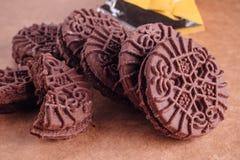 De Koekjes van de chocoladesandwich met Chocolade binnen Room Stock Fotografie