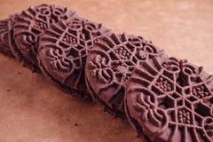 De Koekjes van de chocoladesandwich met Chocolade binnen Room Royalty-vrije Stock Fotografie