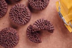 De Koekjes van de chocoladesandwich met Chocolade binnen Room Stock Afbeeldingen