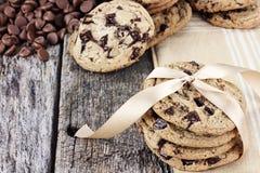 De Koekjes van de Chocoladeschilfer en Chocoladeschilfers Royalty-vrije Stock Foto's