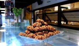De koekjes van de chocoladezandkoek met noten in een piramidevorm op Th Royalty-vrije Stock Foto