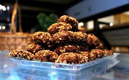 De koekjes van de chocoladezandkoek met noten in een piramidevorm op Th Royalty-vrije Stock Afbeelding