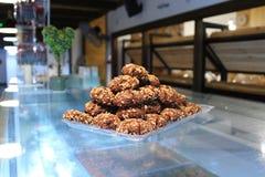 De koekjes van de chocoladezandkoek met noten in een piramidevorm op Th Royalty-vrije Stock Foto's