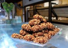 De koekjes van de chocoladezandkoek met noten in een piramidevorm op Th Royalty-vrije Stock Afbeeldingen