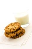 De koekjes van de havermeelrozijn en glas melk Stock Foto's