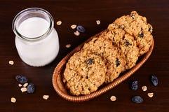 De koekjes van de havermeelrozijn met glas melk Royalty-vrije Stock Afbeeldingen
