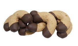 De koekjes van de hazelnoot die in chocolade worden ondergedompeld Stock Afbeeldingen