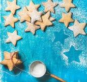 De koekjes van de Kerstmispeperkoek met suikerpoeder op blauwe achtergrond Royalty-vrije Stock Afbeelding