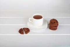 De koekjes van de kop thee en van de chocoladeschilfer Royalty-vrije Stock Foto's