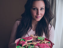 De koekjes van de meisjesholding christmass Royalty-vrije Stock Afbeeldingen