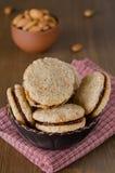 De koekjes van de okkernoot in een kom Stock Foto