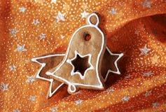 De koekjes van de peperkoek op het tafelkleed van Kerstmis Stock Afbeeldingen