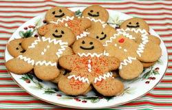 De koekjes van de peperkoek op Plaat Stock Afbeeldingen