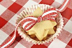 De koekjes van de ster met lint op geruite doek Stock Fotografie