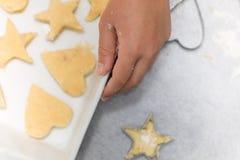 De koekjes van de vanillezandkoek klaar om in dienblad, met chil worden gebakken stock foto