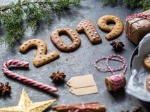 De koekjes van Ginger Christmas of van het Nieuwjaar in de vorm van nummer 2019 op een donkere achtergrond Seizoengebonden verpak royalty-vrije stock afbeeldingen