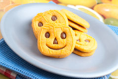 De koekjes van Halloween over schotel Stock Foto