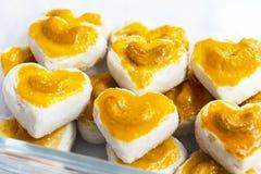 De koekjes van de hartvorm met cashewnoot of het Koekje van Singapore in glas stock afbeeldingen