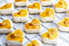De koekjes van de hartvorm met cashewnoot of het Koekje van Singapore op wit royalty-vrije stock foto's