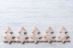 De koekjes van de havermeelpeperkoek in de vorm van Kerstboom Stock Afbeeldingen