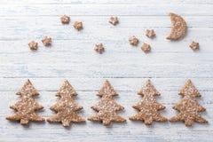 De koekjes van de havermeelpeperkoek in de vorm van Kerstboom met gepoederde suiker wordt bestrooid die Stock Afbeeldingen