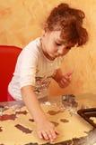 De koekjes van het het kindbaksel van Baker Royalty-vrije Stock Afbeeldingen