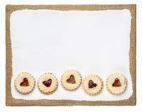 De koekjes van het jamhart op een klaargemaakt kunstcanvas royalty-vrije stock foto's