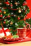 De koekjes van Kerstmis dichtbij de boom Royalty-vrije Stock Afbeeldingen