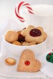 De koekjes van Kerstmis die met jam worden verfraaid Stock Foto's