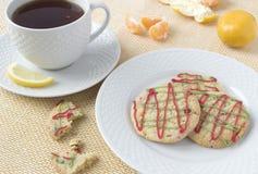 De koekjes van Kerstmis en een kop thee Royalty-vrije Stock Fotografie