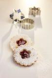 De koekjes van Kerstmis en koekjessnijders Stock Afbeeldingen