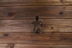 De Koekjes van Kerstmis van het baksel Bakeware Op een houten achtergrond Royalty-vrije Stock Fotografie