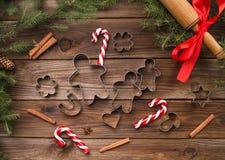 De Koekjes van Kerstmis van het baksel Bakeware Op een houten achtergrond Stock Foto's