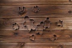 De Koekjes van Kerstmis van het baksel Bakeware Op een houten achtergrond Royalty-vrije Stock Foto