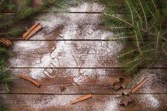De Koekjes van Kerstmis van het baksel Bakeware Op een houten achtergrond Stock Afbeeldingen