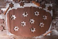 De Koekjes van Kerstmis van het baksel Ontwikkel het deeg om sterren op een houten achtergrond te verwijderen Stock Afbeelding