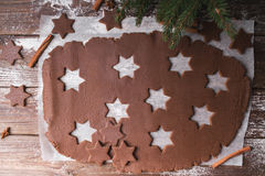 De Koekjes van Kerstmis van het baksel Ontwikkel het deeg om sterren op een houten achtergrond te verwijderen Royalty-vrije Stock Foto's